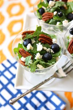 Individual Arugula, Blueberry Feta Salads with Toasted Pecans (Party Tip: Serve this tasty salad recipe individual servings for parties! Tostadas, Tapas, Walnut Salad, Queso Feta, Feta Salad, Cooking Recipes, Healthy Recipes, Toasted Pecans, Dog Treat Recipes