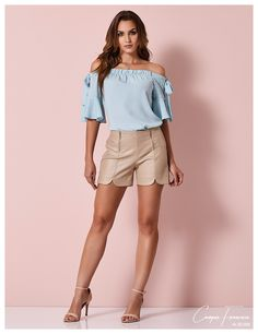 Cora Canela, short em couro fake; blusa em crepe leve decote ombro a ombro com laços na manga. Short Outfits, Short Dresses, Sexy Legs And Heels, Summer Shorts, All About Fashion, Fashion Outfits, Womens Fashion, What To Wear, Ideias Fashion