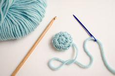 Cuando tienes una prenda de crochet a la que quieres añadir botones siempre surge el mismo problema: ¿cómo encontrar esos botones que le vayan bien?