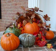 feuilles d'automne citrouilles et panier à fruits en tant que déco