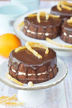 Chocolade speculaascake met sinaasappelvulling en ganache. Niet alleen lekker met Sinterklaas en yes iedereen is blij: want je krijgt een eigen taartje!