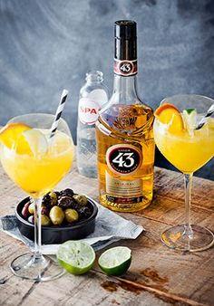 Ingrediënten: 45 ml Licor 43 15 ml vers geperst limoensap 15 ml sinaasappelsap Spa rood Limoenpartje en sinaasappelschijfje Bereiding: Vul een groot