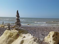 Oeuvres éphémères sur la plage des Petites Dalles