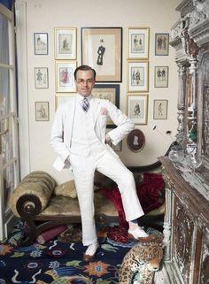Massimiliano Mocchia Di Coggiola posa em seu apartamento em Paris, em 2011. O italiano possui uma sala inteira dedicada a seu interesse no dandismo Foto: Rose Callahan Photography / Divulgação