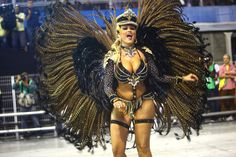 Ellen Roche, reina de los tambores de Rosas de Ouro en Sao Paulo