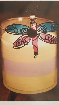 GloLite by Partylite kerrostettu kynttiläpurkki, Sitrushedelmä. 40,90€ Paloaika 50-60h korkeus 10cm. Kyljessä roikkuu yksi Siivekkäät ystävät - kynttiläkoristeista. Voi ripustaa kynttiläpurkin reunaan tai pysyy metallissa magneetilla kiinni. 29,90€/3 kpl setti, jossa kuvassa oleva sudenkorento, sekä perhonen ja leppäkerttu.
