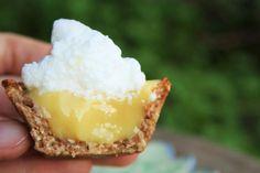 Torta de limão clássica em versão sem glúten e sem lactose. A base é crocante, recheio super cremoso e azedinho na medida certa!
