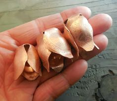 copper tulip shape Keirsten Giles How to . see 'technieken'. Copper Crafts, Wire Crafts, Metal Crafts, Jewelry Crafts, Diy Jewellery, Hair Jewelry, Jewelry Ideas, Jewelery, Sheet Metal Shop