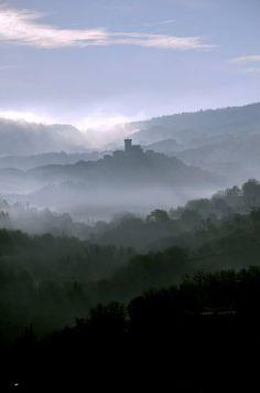 Un' #Amiata fiabesca. Il paese di #Arcidosso avvolto dalla nebbia del mattino. La foto è s ...