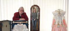 Bad Oeynhausen : Fairy tale museum  Im Spiegelbild der Märchen: Museumsleiterin Hanna Dose hat mit Unterstützung von Praktikantin Christine Rottler, die im Spiegel zu sehen ist, die Ausstellung vorbereitet. - © Foto: Nicole Bliesener