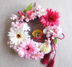 ひな祭りと言えばひな人形ですが、飾る場所に困るという方も多いのでは?今回は、場所を取らずにさりげなく飾れる壁掛けのひな飾りをご紹介します。玄関先やお部屋に一つあるだけで一気に華やかな雰囲気になりますよ! 季節ごとに揃… Japan Crafts, Floral Wreath, Japanese, Wreaths, Home Decor, Flowers, Floral Crown, Decoration Home, Japanese Language
