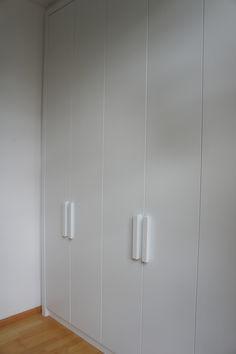 Witte inbouw kledingkast, weinig ruimte optimaal benut. #kledingkast