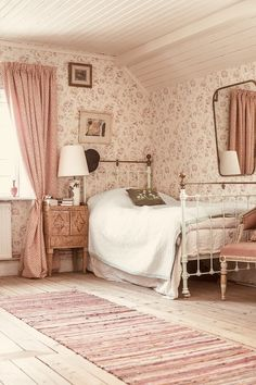 Cottage bedroom - 44 small bedroom ideas that are look stylishly & space saving 13 Comfy Bedroom, Bedroom Decor, Bedroom Ideas, Bedroom Curtains, Bedroom Green, Bedroom Rugs, Master Bedroom, Bedroom Small, Bedroom Colors