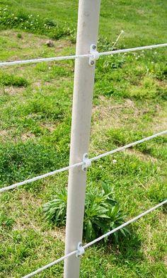 Plastic clips securing the electrobraid – Para Kazanma Diy Horse Fencing, Pasture Fencing, Farm Fence, Horse Fence, Horse Shelter, Horse Stables, Horse Farms, Electric Fence Posts, Electric Fencing