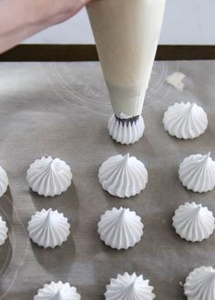 Tips for perfect meringue. With a crisp outer shell, slightly chewy center, and a subtle sweetness, baked meringue is a melt-in-your-mouth delight. French Meringue, Baked Meringue, Meringue Kisses, Meringue Cookies, Easy Meringue Recipe, Meringue Icing, Macaroon Cookies, Macarons, Desserts Français
