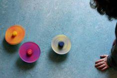crédit photo Mama's little muse On apprend en général aux enfants que mélanger du jaune et du rouge donne de l'orange, du jaune et du bleu donne du vert. Ca marche très bien en mélangeant les peintures (quoique j'ai beaucoup de mal à obtenir un beau violet en mélangeant du bleu et du rouge, j'obtiens toujours un prune soutenu; si vous avez des conseils je suis preneuse!) Il existe une autre façon de leur expliquer la théorie des couleurs comme en faisant tourner une toupie supportant des…