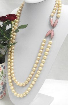 VIntage Necklace of two strands of synthetic cream by Momentidoro, €80.00