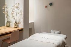 Hotel Saint Luxury Suites & Spa (Griechenland Ia) - Booking.com The Saint, Luxury Suites, Spa, Restaurant, Santorini Greece, Floating Nightstand, Saints, Bedroom, Table