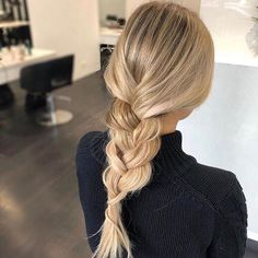 Stunning colour and simple style from @theblondeconnoisseur! We love the creamy tones and fine foils showcased perfectly by the simple french plait! . . . #blondeaddict #perthblondes #blondespecialist #blondeexpert #suiteblonde #suiteinspo #hairinspo #hairenvy #maneenvy #creamyblonde #maneinterest #colourcorrectionspecialist #longhairdontcare #healthyhair #saloninspo #hairaddiction #hairaddict #blondedevotee
