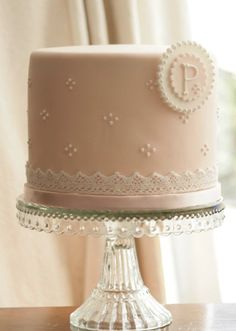 www.decorazionidolci.it idee e strumenti per il cake design  @Victoria Sadler, vintage cake stand, thought you mum might see one on her travels to put the cake on.