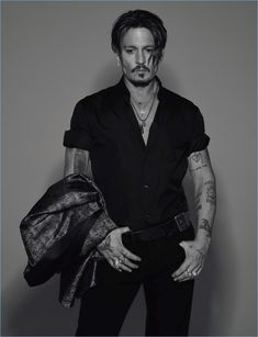 Johnny Depp is Numéro Homme's fall 2017 cover star. The Hollywood legend connects with photographer Jean-Baptiste Mondino. Johnny Depp Fans, Here's Johnny, Gq, Gossip Girls, Johnny Depp Pictures, Jonny Deep, Photographie Portrait Inspiration, Neue Outfits, Sweeney Todd