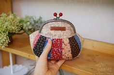 Patchwork Purse / Pouch. Love this one but no pattern or instructions, just lots of pictures showing how to make it.