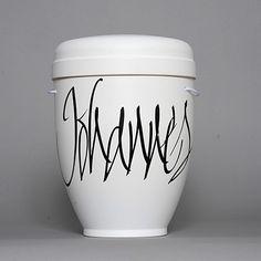 Urne Kalligrafie NAME weiß