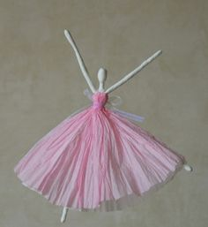 Как сделать подарок на 8 марта. Куклы из бумаги своими руками (15)