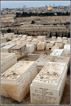 Cementerio judío en el Monte de los Olivos en Jerusalén. En lugar de flores, que no duraría mucho tiempo, la gente pone piedras en las tumbas para indicar que han visitado.