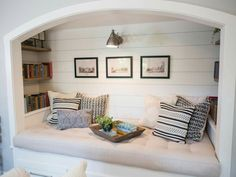 Fixer Upper: California Dreamin' in the Waco, Texas Suburbs Chip and Joanna Gaines help a California couple, looking to settle in Waco, create a distinctive home with lots of space, light and a creative cottage vibe. Small Bedrooms, Guest Bedrooms, Guest Room, Casa Rock, Cozy Nook, Magnolia Homes, Trendy Home, My New Room, Family Room