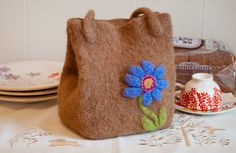 A clever felted lunch bag pattern from Classic Elite Yarns. Knitting Patterns Free, Free Pattern, Free Knitting, Knitted Bags, Felted Bags, Classic Elite Yarns, Little Lunch, Crafts For Girls, Knitting Accessories