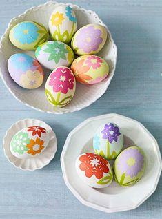 Uova di Pasqua decorate con carta velina