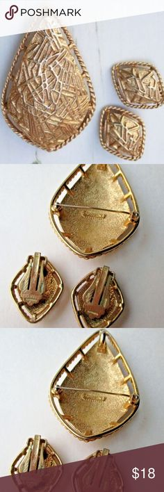 BROOCH EARRINGS Sarah Coventry MODERN DESIGN Set GOAL: List 1500 pieces of preloved Jewelry  *DISPLAY STAND, COIN OR RULER NOT FOR SALE. USE THEM TO JUDGE THE SIZE OF THE ITEM Sarah Coventry Jewelry