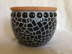 Black flat beads and mosaic flower pot, gray seal. Suitable for inside and outside. Mosaic Diy, Mosaic Crafts, Mosaic Projects, Mosaic Glass, Mosaic Tiles, Mosaic Planters, Mosaic Flower Pots, Mosaic Garden, Mosaic Stepping Stones