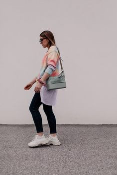 Mein Frühlingsoutfit mit Jeans, Pastell-Cardigan und Sneakers gibt es jetzt am Modeblog mit allen Outfit-Details. www.whoismocca.com Casual Chic, Elegant, Fashion Bloggers, Outfit Of The Day, Normcore, Ootd, Jeans, Interior, Outfits