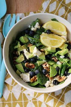 Spinach Salad with Berries and Avocado Salad Recipes For Dinner, Fruit Salad Recipes, Veggie Recipes, Seafood Recipes, Quinoa, Pasta With Meat Sauce, Superfood Salad, Baked Pasta Recipes, Healthy Snacks