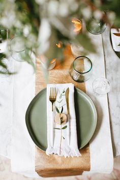 warm scandinavian modern holiday tablescape to inspire you to entertain even in a small space or tiny house! Get all of the styling tips on scandinavianmodernA warm scandinavian modern holiday tablescape to inspire you to entertain even in a small s. Scandinavian Modern, Scandinavian Wedding, Scandinavian Holidays, Skandinavisch Modern, Tablescapes, Holiday Tablescape, Christmas Entertaining, Green Theme, Decoration Inspiration