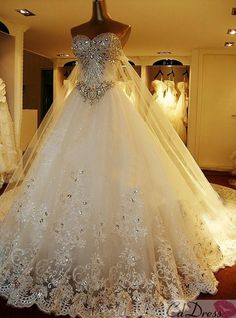 I'm putting this in my fantasy closet cause it's way to fancy to marry B in, but WOW IS THAT STUNNINGLY BEAUTIFUL!?!?!?!?!