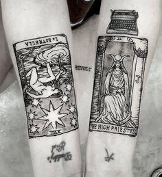 Gravurinhas de cartas de tarô Rider- Waite no bracinho da menina Polly! Brigadão pelo sessão, gata. Foi muito divertido!!! 😄 Que tal… Tattoos 3d, Dream Tattoos, Wrist Tattoos, Sleeve Tattoos, Cool Tattoos, Tatoos, Thigh Tattoos, Couple Tattoos Unique Meaningful, Couple Tattoos Love