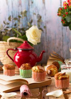 La receta de magdalenas clásicas más rica que habrás hecho. Te recordarán a las clásicas de la abuela de toda la vida: esponjosas y con su clásico copete.