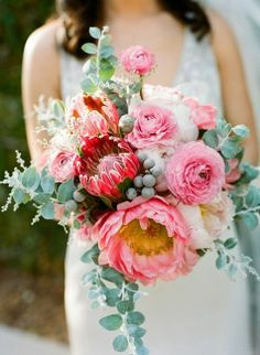 We're kind of obsessed with Protea wedding flowers right now, so we're taking a look at this trendy flower, with 20 gorgeous Protea bouquets to inspire you. Flor Protea, Protea Wedding, Floral Wedding, Bouquet Wedding, Fleur Design, Design Floral, Pink Bouquet, Ranunculus Bouquet, Wedding Colors