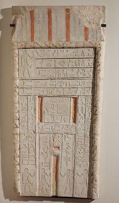"""Stèle """"fausse-porte'' de Chéchi vers 2300 - 2200 avant J.-C. calcaire peint H. : 1,30 m. ; L. : 0,63 m. ; Pr. : 0,07 m. Par cette porte, le défunt était censé communiquer avec le monde des vivants, et en particulier, bénéficier des comestibles et des rafraîchissements apportés sur la table d'offrande placée devant."""