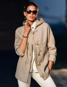 Damen Leinenjacke mit Knebelknöpfen und Kapuze, Schmale Damen Steppweste mit 2-Wege-Reißverschluss und Stehkragen, Sonnenbrille mit Gläsern im Farbverlauf, Eleganter Armreif