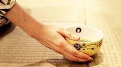 大人のお茶会Tea Ceremony for Adults on November   11月のSUiTO FUKUOKAでのお茶会は松本宗弘先生のご指導のもと千鳥の盃versionを行います 茶道に興味があるけど敷居が高くてと思っている方が意外と多いですよねお茶を一服いただくのは正式な茶事のほんの一部にすぎません お食事お酒のもてなしも含まれて本来の茶の湯すべてが一連とり行われるということになります その一連のおもてなしのつに千鳥の盃ちどりのさかずきというものがあります 亭主は八寸という入れ物に酒のつまみとして二種類の肴山の物海の物を盛り付け正客へすすめる そしてお酌 亭主はお流れをあなたが今日使っている杯で飲みたいと返杯を所望お客は杯を懐紙でふき亭主に渡しお酌それを亭主はお詰まで繰り返す つまり亭主がじぐざぐにお酒を飲んだりお酌したりするのでこの様子が千鳥の足取りに似てる事から千鳥の盃と名付けられたのだそうです いつもとちょっと違うお茶会に参加してみませんか…