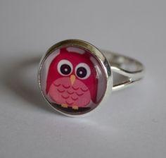 Dieser wunderschöne Cabochon-Ring (Rosa Eule) ist größenverstellbar.     Es handelt sich bei diesem Ring um selbstgemachten Perlenschmuck, bei dem ein Cabochon mit einer p