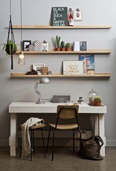 Rental Interior Design: 7 ways to decorate your rented home Shelves Above Desk, Floating Bookshelves, Oak Shelves, Wooden Shelves, Display Shelves, Home Office Design, Home Office Decor, Home Decor, Bedroom Desk