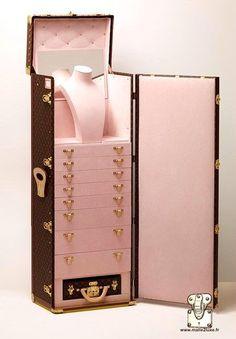 Bijoux Louis Vuitton, Boutique Louis Vuitton, Louis Vuitton Trunk, Louis Vuitton Luggage, Cute Luggage, Vintage Luggage, Jewelry Case, Jewelry Box, Girly Things