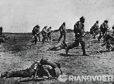 Russian troops advancing in one of the South-Western Front sectors. World War I, 1916.