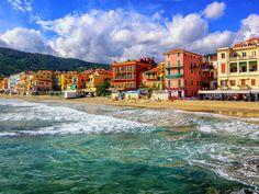 De Italiaanse regio Ligurië, beter bekend als de Bloemenrivièra, loopt van de Franse grens tot aan Toscane met als centraal middelpunt de havenplaats Genua. Ten westen van deze stad ligt de kleurrijke Riviera di Ponente welke bekend staat om de bloementeelt en -export, maar ook om haar brede zandstranden en pittoreske plaatsjes. De oostelijke kustlijn wordt gekenmerkt door imposante rotspartijen, kiezelstranden en mooie steden zoals Cinque Terre.