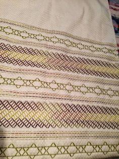 Olá queridas!  Quem acompanha o blog sabe que também sou apaixonada por vagonite.  Encontrei algumas imagens em um site americano que achei ... Swedish Embroidery, Swedish Weaving, Bargello, Needlework, Bohemian Rug, Knitting, Rugs, Pattern, Hand Embroidery